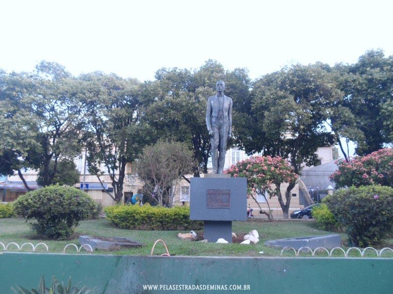 Viçosa - MG - Estátua em homenagem a Arthur da Silva Bernardes