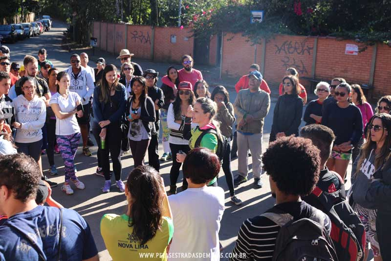 Instrutores passam orientações para caminhada - Trilha Marumbé - Nova Lima Entre Trilhas