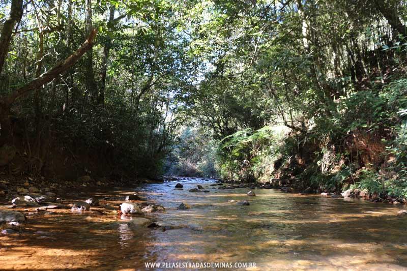 Riacho corta o distrito de Macacos